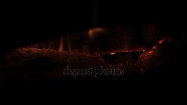 Spalování dřeva doutnajícího dřeva doutnající protokolu. Hořící protokoly spálil v ohni zblízka. Doutnající hořících polen v ohni s popel a uhlíky