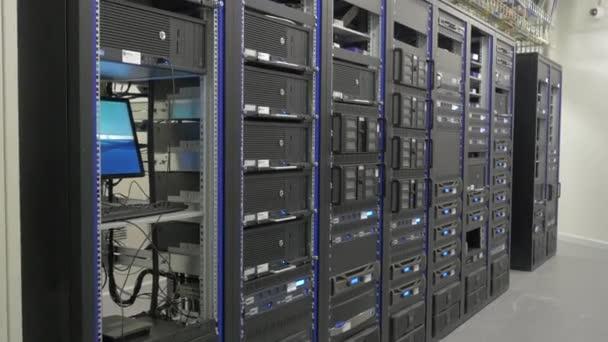 viele leistungsstarke Server, die im Serverraum des Rechenzentrums laufen. viele Server in einem Rechenzentrum. viele Racks mit Servern im Serverraum. helles Display mit einer Vielzahl von Betriebsmitteln.