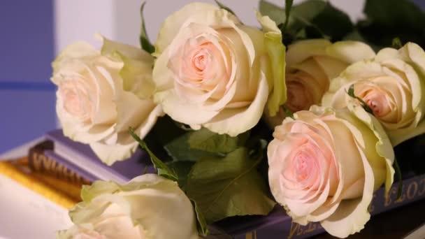 Růžové růže ve staré knize. Detailní záběr růžové okvětní lístek růže květ s růžovou pastelově růžový květ kytice na otevřenou knihu s vintage tón, Vintage růže. Kytice z růží a staré knihy