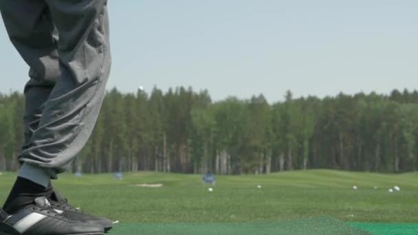 pro golfového hráče střelil míč z písku bunkru v kurzu. Část člověka hrát golf v golfovém hřišti. Golfisté zasáhnout rozsáhlé golfové hřiště v létě