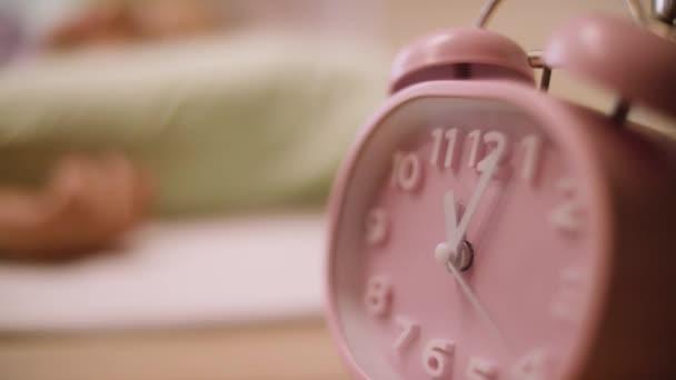 rosa Wecker. rosa Uhr steht auf dem Nachttisch