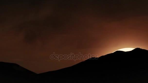 Krásné písečné duny v saharské pouště. Nádherný západ slunce v horách. Malebnou krajinou s slunce, sinrise nebo slunečních paprsků a modré oblohy animace
