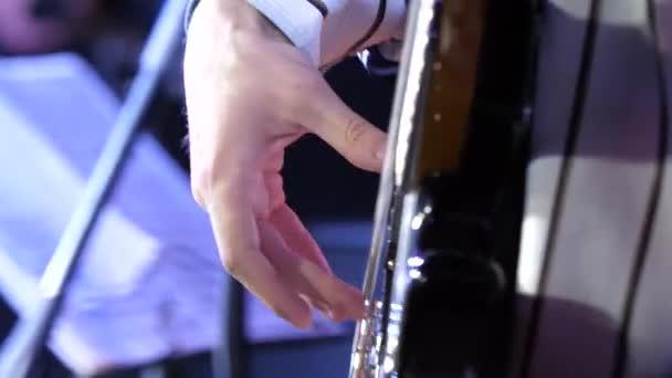 Hra na kytaru. Kytarista. Člověk ruku a šesti strunná elektrická kytara. Detail kytarista s kytarou