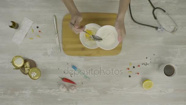 Těsta na pečení pohled shora. Máslo a cukr do hromady mouky na Počítačku pekárna při přípravě chleba s hromadou čerstvé klasy pšenice po boku mužské ruce