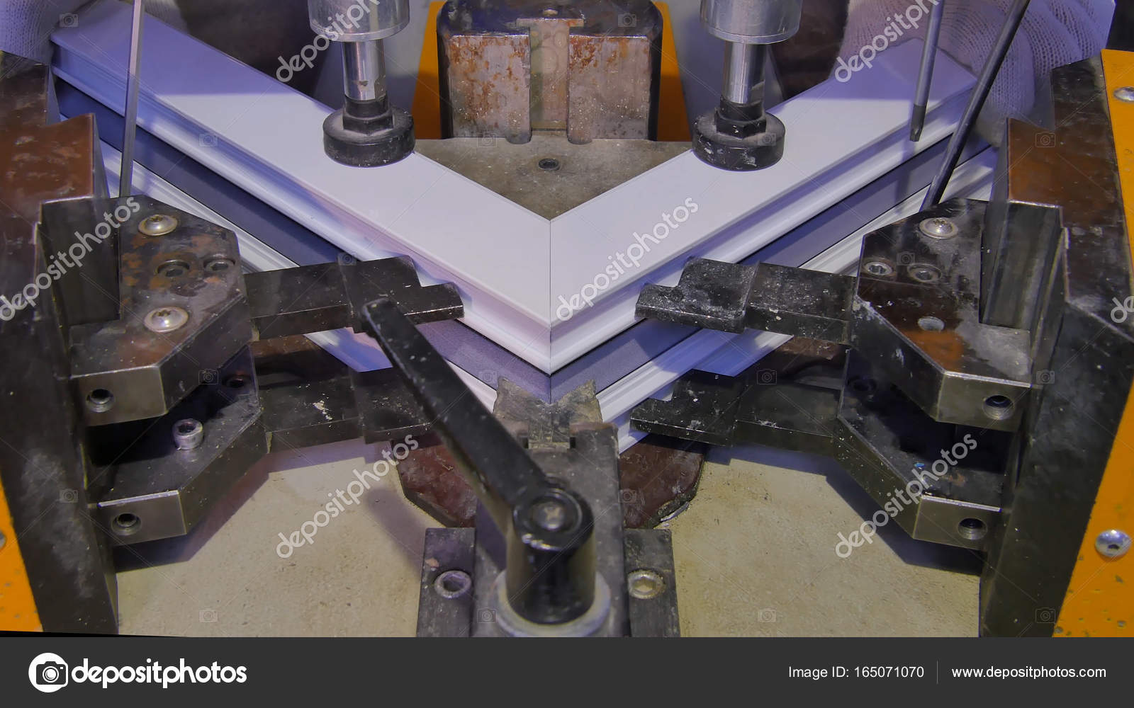 Trabajador máquina de soldadura de fábrica de funcionamiento ...