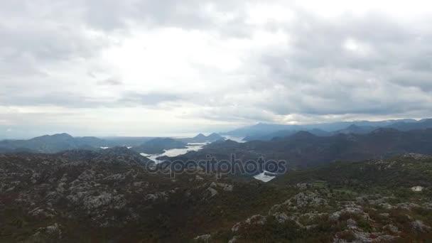 Kilátás a hegy egy sziklán, hegyek, a felhők felett. Felvételeket. A gyönyörű táj, a hegyek és a háttérégbolt légifelvételek