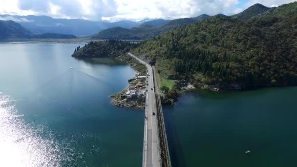 Úžasný výhled na alpskou silnici a jezero, Švýcarsko, Evropa. Záběry. Auto poblíž pohybem rozostření zobrazení rychlého pohybu na silnici highway u jezera. Úžasný pohled ledovcové jezero a fjord