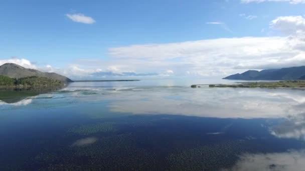 Panoramic landscape moře hoře, letecký pohled. Záběry. Letecký pohled na malebné pláže a hory na slunečné ráno