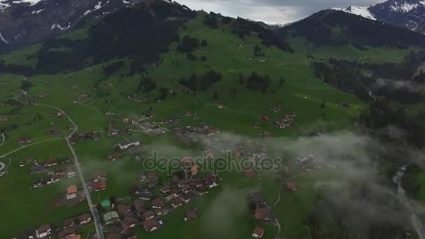 Zobrazit město a vrchol hory. Záběry. Pohled shora údolí overlook domů ve městě, zelené louky, vesnic a hory