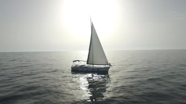 Letecký pohled na plachetnici na moři. Záběry. Plachetnice na letecký pohled na oceán. Krásný pohled sám jachtu plachtění na moři