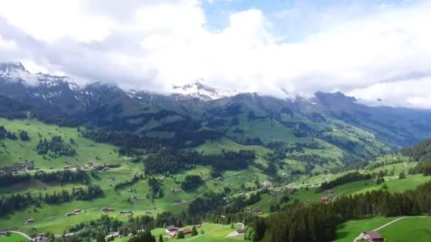 Letecký pohled na malé vesnici. Záběry. Dům zelené údolí svah v zahradě svahu