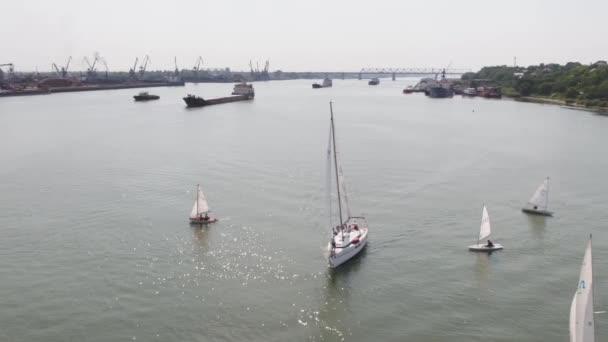 Plachetnice přístav s velkým počtem plachetnice. Plavba přístavu. Letecký
