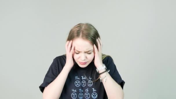 Fiatal nő bezárja a fülét a zaj miatt. Bosszús és dühös fiatal nő fülét, kezével kellemetlen zavaró zaj miatt, amely hangsúlyozta