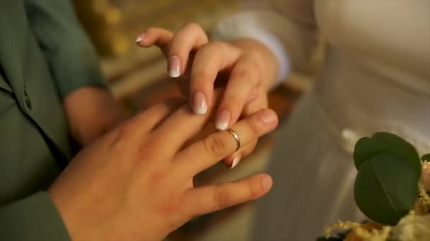 24af5376ca1f De cerca la novia puso el anillo de bodas de novios. Amor y matrimonio.  Ceremonia de la boda. Primer plano del novio poniendo el anillo de oro en  el dedo de ...