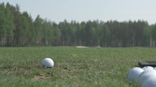 Muž si hraje hru golfu. Muž bít golfový míček