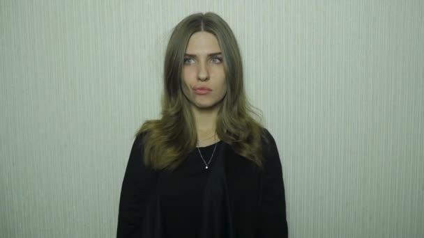 Deprese mladá žena doma. Unavený mladá žena. Mladá krásná žena unavená