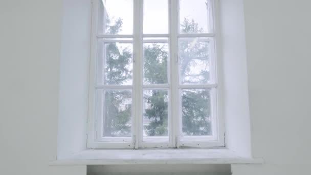 Leere weiße Wand mit Fenster. Schieben Sie die Bewegung der Bewegung oder die Kamera auf leeren hellen weißen Raum mit Fenster schlagen. Bau Haus leeren Raum inneren Fenster Aluminium auf Wand