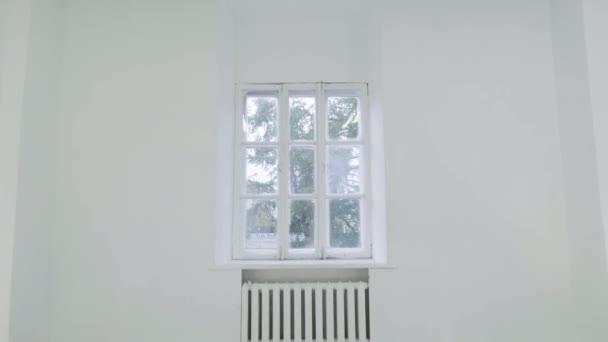 Prázdné bílé zdi s oknem. Posunutí pohybu pohybu nebo bít fotoaparát na prázdné světlo bílé místnosti s oknem. Výstavba domů prázdné místnosti vnitřní okenní hliníkové na zdi
