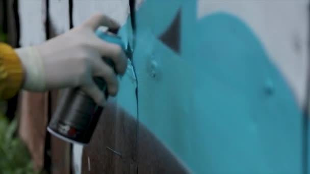 lidé, umění, tvořivost a koncept kultury mládeže - Detailní záběr ruky kreslení graffiti s barva ve spreji na ulici zdi. Nástřiku graffiti closeup