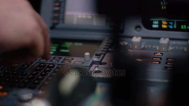 Panel egy repülőgép pilótafülke kapcsolók. Robotpilóta vezérlés eleme egy utasszállító repülőgép. Pilóta a repülőgép vezérlők. Fedélzeti számítógép, a pilótafülke