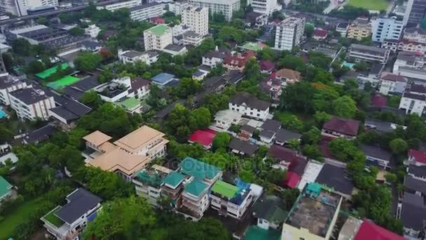 Pohled shora na předměstské čtvrti v Bangkoku. Letecký pohled na parkoviště a střešní desky rozvoje bydlení Thajsko. Pohled shora bytového domu