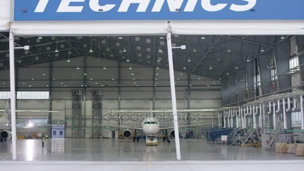 Auslöser Tür und Beton Walzenboden der Flughafen Hangar und Flugzeug Hintergrund. Flughafen Hangar von außen mit großen hohen Türen. Ansicht von vorne. Flugzeughangar