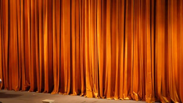 A sárga függöny. Színpadi jeleneteket a zárt helyzetben a reflektorok fénye