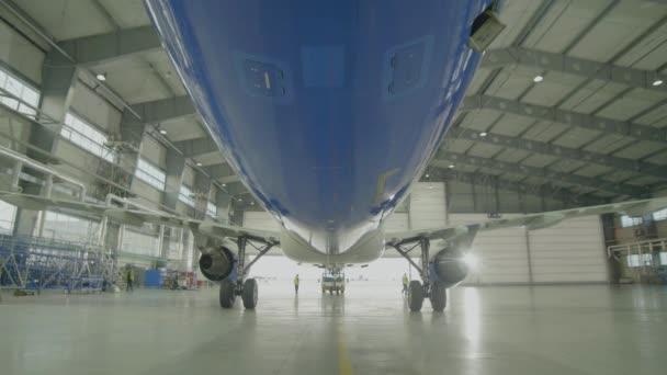 Letadla v hangáru, zadní pohled letadel a světlo z oken. Velká dopravní letadla v hangáru na servisní údržba