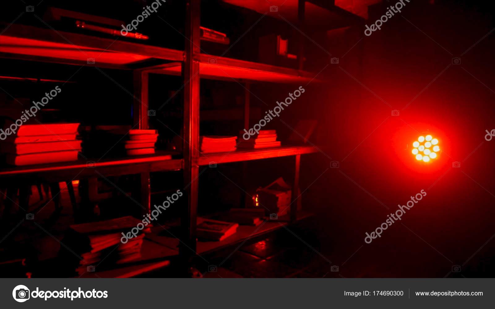 Rood Licht Lamp : Bijkeuken of berging met rood licht en licht rood licht lamp