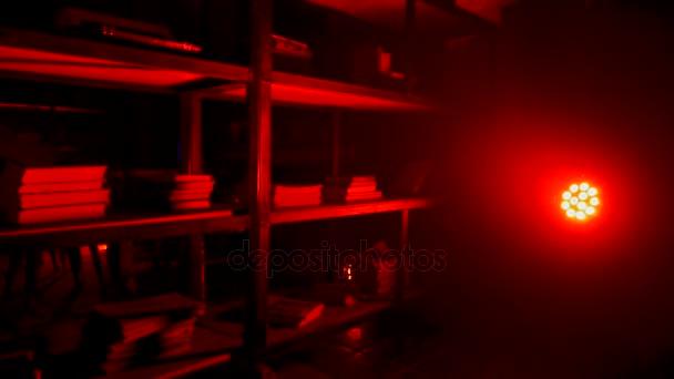 Spíž nebo s červenou svítilnou a světlo. Červené světlo žárovka svítí od utkání v temné místnosti. Červené Vintage pokoj pozadí