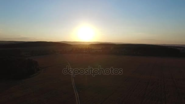 Krásná krajina se svézt na dálnici kamiony a pár aut při západu slunce. Letecký pohled. Záběry