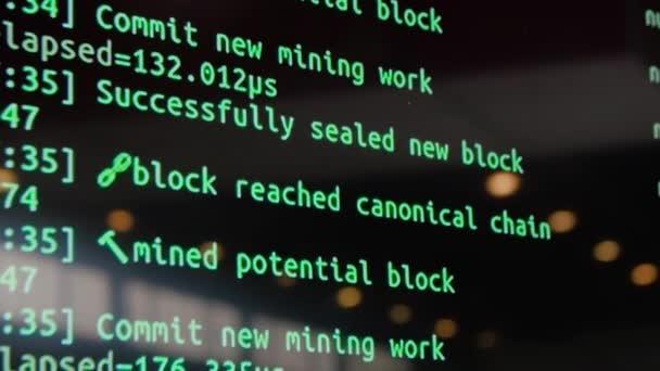 Obrazovka s kódu vývojář softwaru. Obrazovka s šifrovací kód, zelené digitals. Kód bitcoin na obrazovce monitoru
