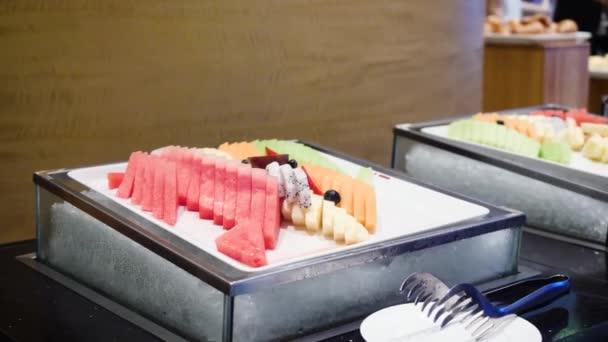 Ovoce a zmrazené bobule na stole. Čisté jíst koncept. Různé zelené a červené ovoce a superpotraviny můžeme připravit smoothie misky