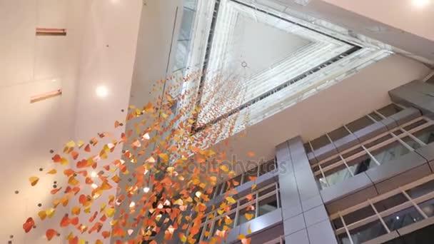 Csillár készült konfetti, modern épületben, alsó nézet. Arany crystal, absztrakt háttér. Készült lámpák csillogó háttér