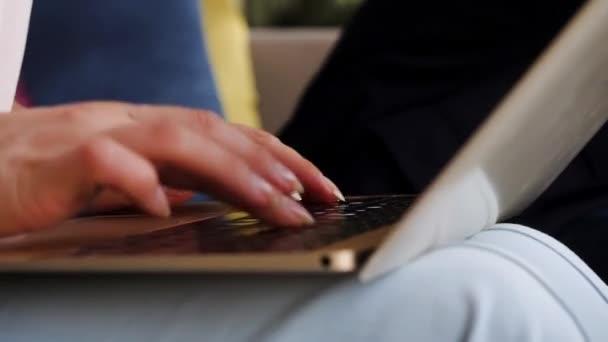 Nő használ laptop, webes, keresés, böngészés információk, amelyek munkahelyi otthon. üzleti lány dolgozik laptop Café kávézóban. Női kezek gépelés-ra billentyűzet laptop