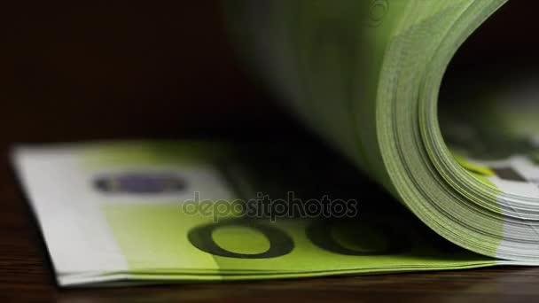 Počítání bankovek sto euro. Jedno sto Euro, makro. Překlápění sto Euro bankovky na stůl