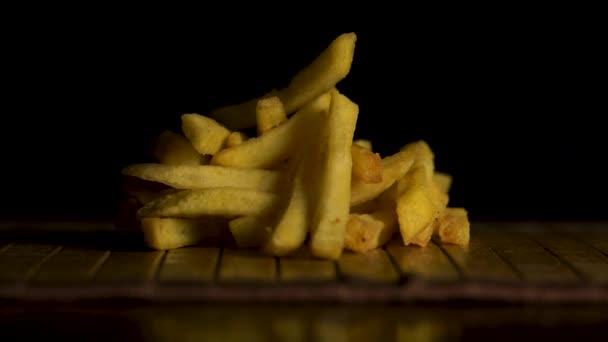 Szeletelt burgonyát egy vágódeszka. Zár-megjelöl kilátás. Ízletes sült krumpli, gyönyörűen díszített, van az asztalon, a fogalom fast food
