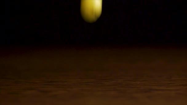 Čerstvé plody padají na stole. Borůvky, maliny, angrešt, brusinky spadají na stole na černém pozadí, koncepce zdravé potraviny