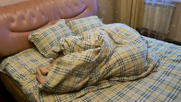 Junges Paar tummeln in der Decke im Schlafzimmer. Paar im Bett schlafen. Zwei Paare von männlichen und weiblichen Füße unter die Decke zu sehen. schlafen Sie miteinander, Liebhaber beim sex