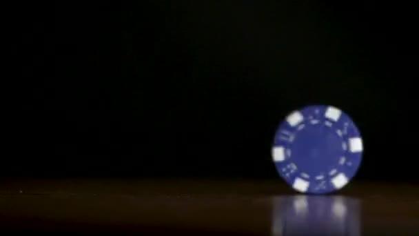 Poker chip předení na stole. Casino téma. Hra pokeru, poker žetony na stole, na černém pozadí