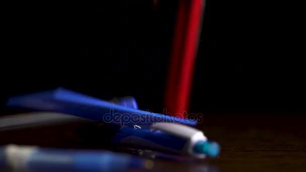 Úřad kancléře klesnout na černém pozadí. Černé pero, tužka, pravítko, sešívačka, papírnictví nůž a sponky izolované na černém pozadí. Úřad plochý ležela - pozadí koncepce pracoviště. Pohled shora