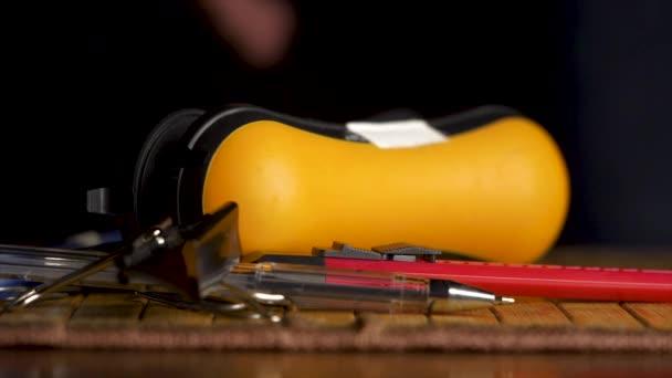 Úřad kancléře klesnout na černém pozadí. sponkovačky, sponky, pero, office, kancléřství pádu izolované na černém pozadí. Pero, tužka, pravítko, sešívačka, šablony nůž a izolované na sponky