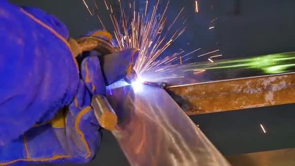 Pracovník s ochrannou maskou, svařování, svařování kovů, svářeč, ocel. Muž svary kovu s Svářecí stroj