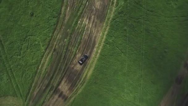 Letecký pohled od dron automobilů se prochází křivka silnici na horu se zelený les. Silniční dopravy přes hory