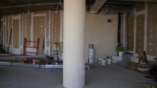 Nedokončené stavby interiér, bílý pokoj. Opravy v bytě. Příprava v místnosti. Pokoj je připraven k opravě