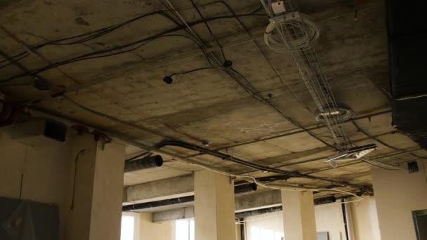 Instalace stropu kovový profil během opravy v obývacím pokoji. Byt opravit zeď opravit renovaci domu renovace domů předělávání nemovitostí. Strop v místnosti s opravou