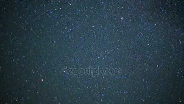 Krásná noční oblohy a hvězdy s meteor nebo padající hvězda jako pozadí. Video. Animace z hvězdné oblohy s padající hvězdy