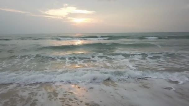 Sunset Beach soumraku Twilight vlně Sun. Video. Neuvěřitelně krásný západ slunce na pláži v Thajsku. Slunce, obloha, moře, vlny a písku. Dovolená u moře