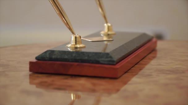 Obchodní příslušenství. Klip. Dvě luxusní tradiční Vintage plnicí pera a hrot na dřevěný stůl