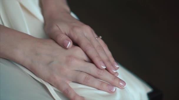 Bräute Hände mit Ring. Hochzeit. Tag der Hochzeit. Hände der Braut vor der Hochzeit. Hochzeits-Accessoires